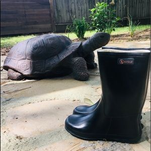 Girls classic black rain-boots in natural rubber.